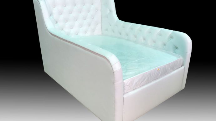 яркая кровать с бортиками в комнате