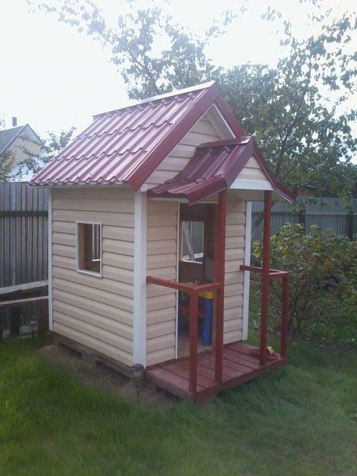 маленький игровой домик на дворе