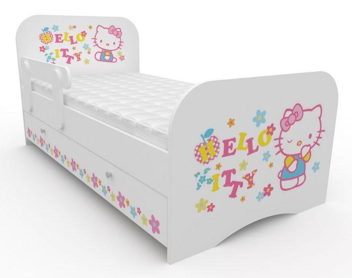 большая детская кроватка с бортиками в дизайне комнаты