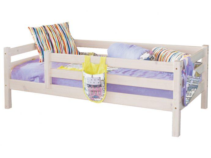 красивая детская кровать с бортиками в интерьере комнаты