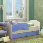 яркая кровать с бортиками в интерьере комнаты конструкция