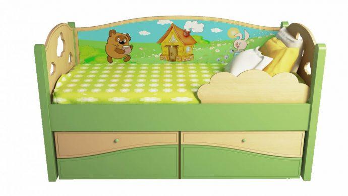 цветная кроватка с бортиками в комнате