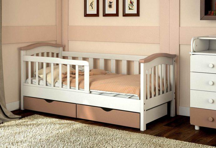 цветная детская кроватка с бортиками в дизайне комнаты