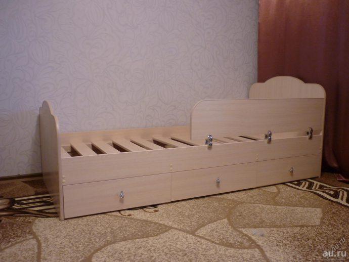 яркая кровать сделанная своими руками в интерьере пример конструкции