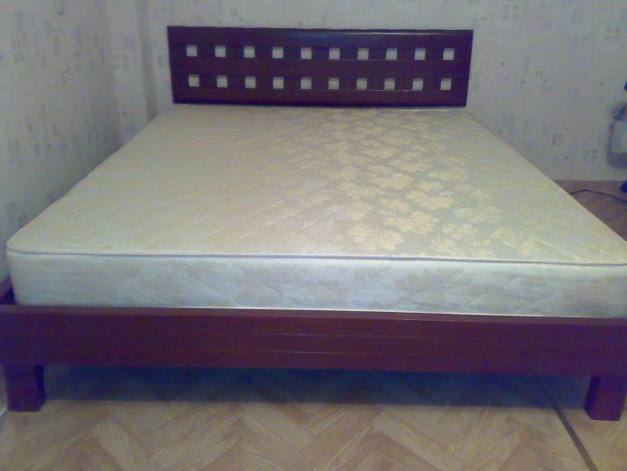 красивая детская кровать из подручных материалов в интерьере пример конструкции