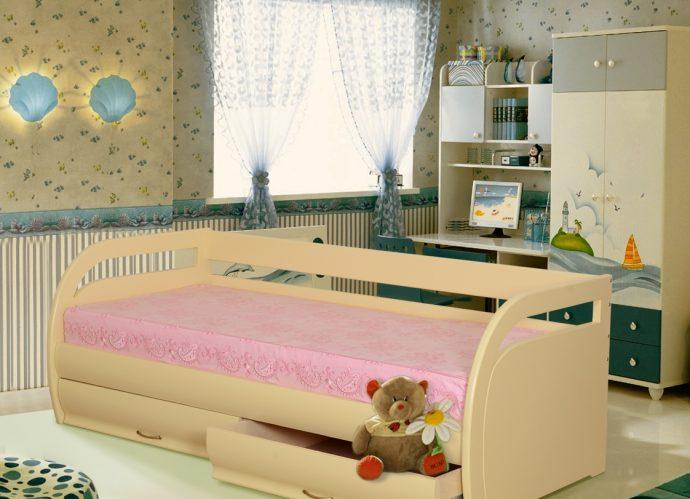 кроватка из дерева в детской комнате