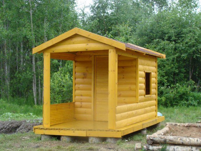 конструкция игрового домика из массива дерева во двор
