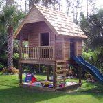 дизайн большого детского домика из дерева
