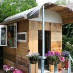 интерьер красивого игрового домика из дерева