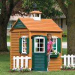 каркас яркого игрового домика из дерева