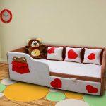 яркая детская кроватка с бортиками в интерьере комнаты пример