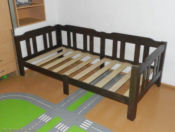 деревянная кровать из подручных материалов в интерьере