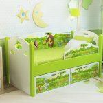 яркая кровать с бортиками в дизайне комнаты пример