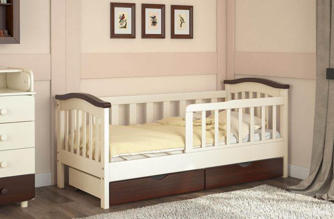 яркая кроватка с бортиками в интерьере комнаты