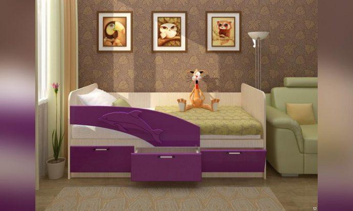 красивая детская кровать с бортиками в дизайне комнаты