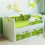 цветная кроватка с бортиками в интерьере комнаты пример