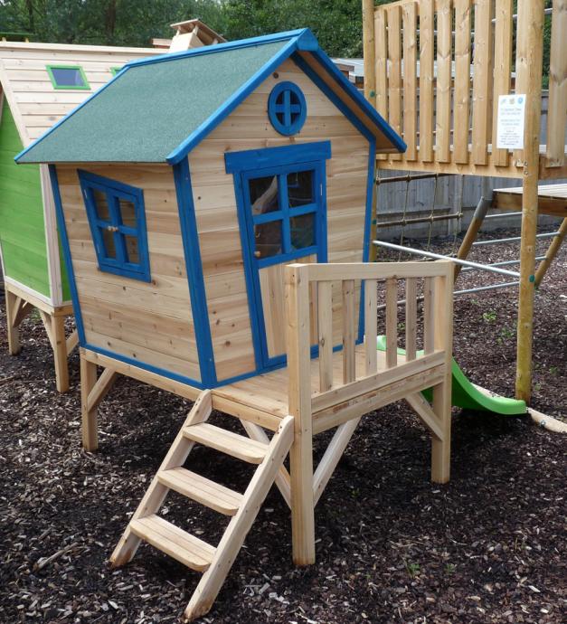 яркий детский домик во дворе