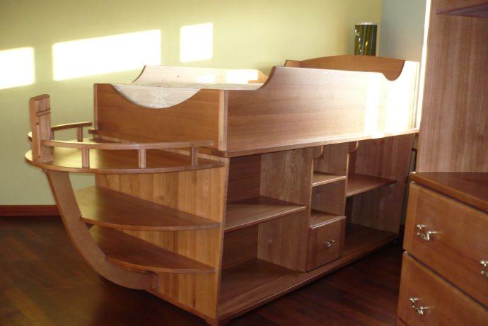 детская мебель из дерева в комнате