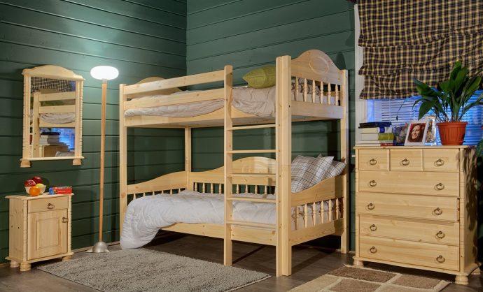 кроватка из массива дерева в интерьере комнаты