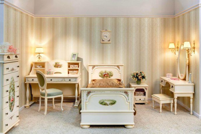 детская мебель из массива дерева в интерьере комнаты