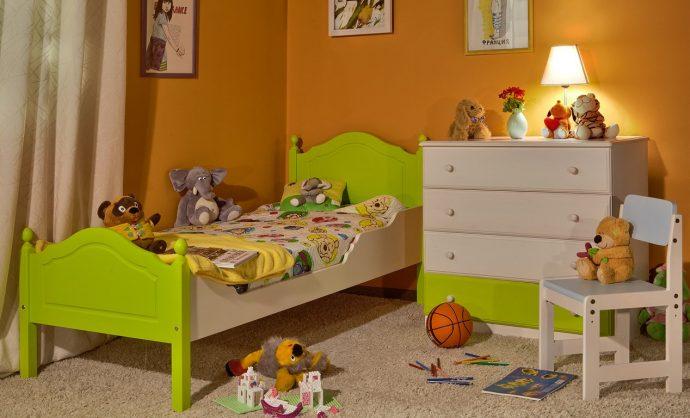 стол из массива дерева в интерьере комнаты