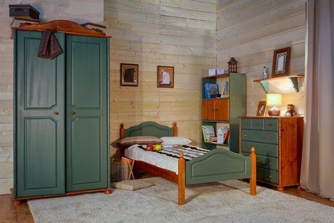 кровать из дерева в детской комнате