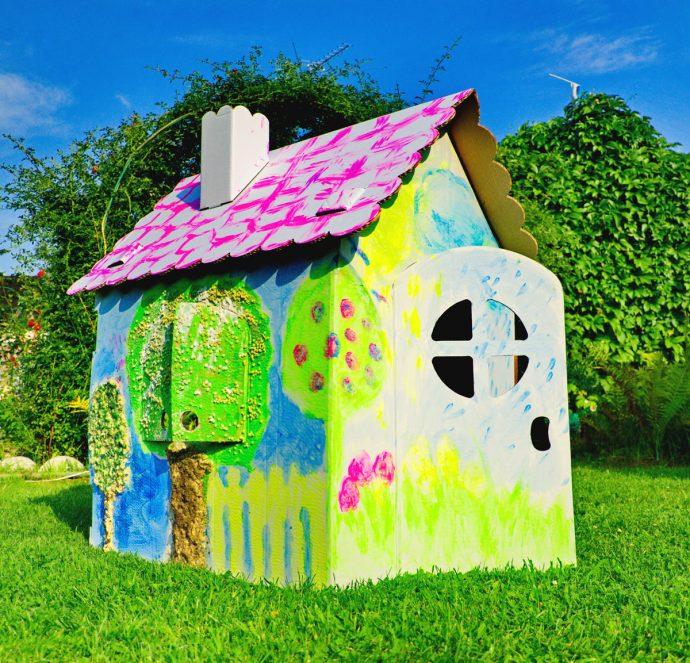 маленький домик для игр на дворе