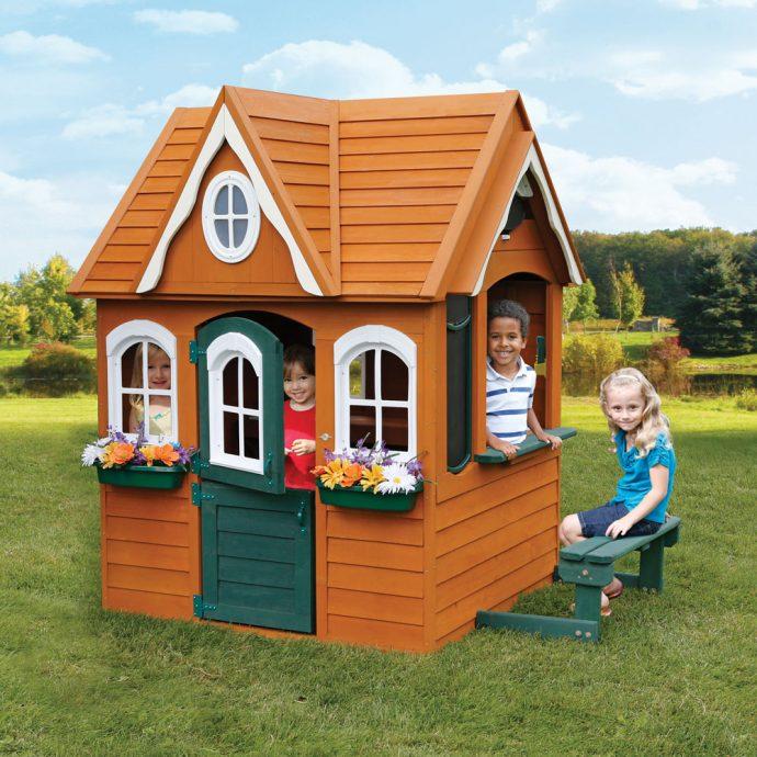 маленький детский домик во дворе
