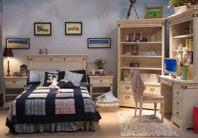 кроватка из сосны в комнате