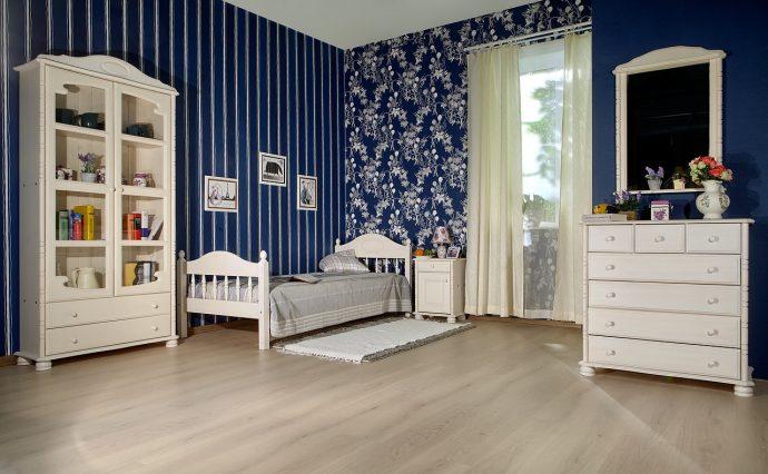 кроватка из массива дерева в детской комнате