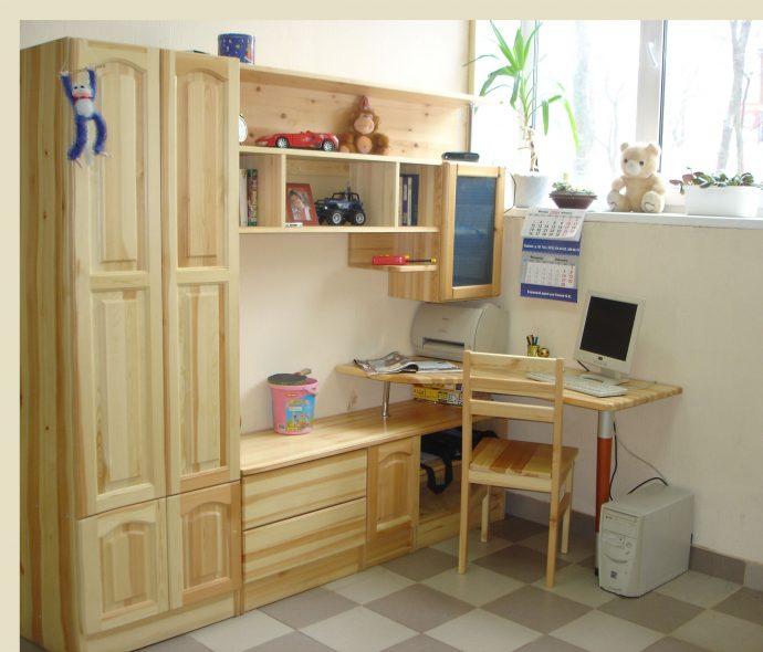 кровать из массива дерева в комнате