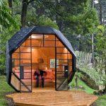 интерьер красивого игрового домика из массива дерева