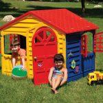 интерьер небольшого детского домика из дерева