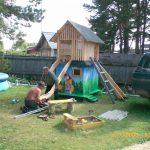 интерьер яркого детского домика из массива дерева