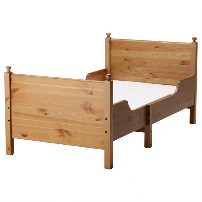 качественная кровать из подручных материалов в интерьере