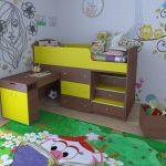 красивая детская кровать с бортиками в комнате фото