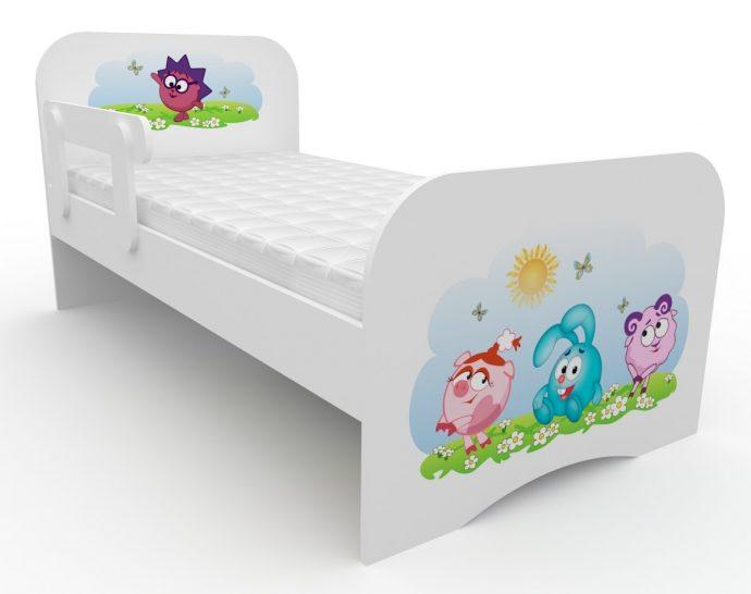 большая детская кровать с бортиками в дизайне комнаты
