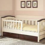 яркая детская кроватка с бортиками в комнате конструкция