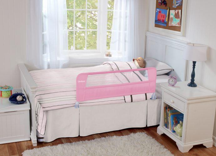 цветная детская кровать с бортиками в дизайне комнаты