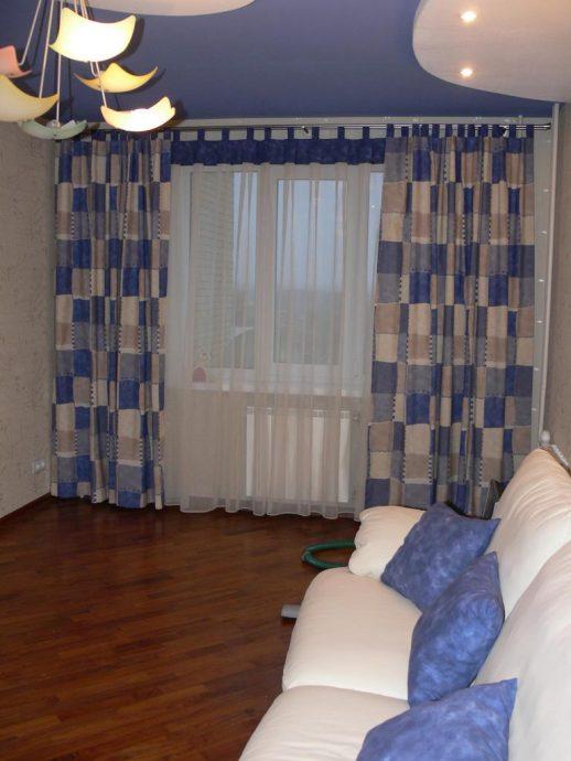 цветные шторы в комнату для мальчика в интерьере спальни