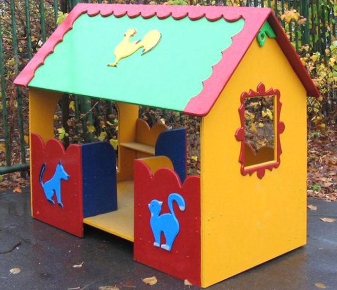 красивый домик для игр во дворе